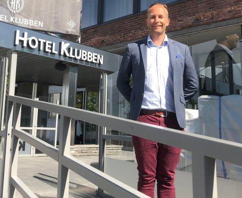 NESTE SOMMER: Direktør Tortgeir Flåteteigen Birkeland ved Hotel Klubben lover at man skal komme show-sterkere tilbake neste sommer.