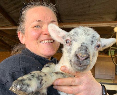 TRAVEL: Ann-Sophie Myklebust har travle dager med lamming og grising om våren.