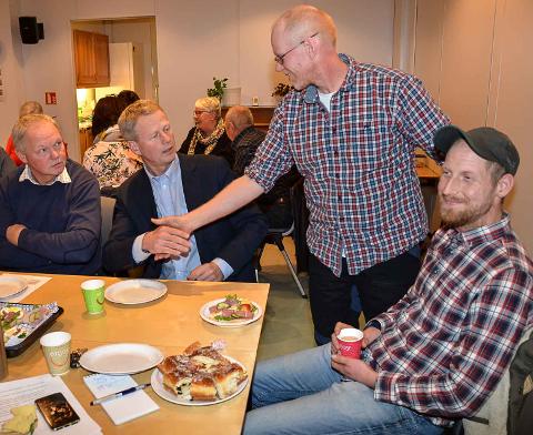 Leder i Tvedestrand Senterparti, Andreas Lilleholt, ønsker Knut Aall velkommen inn i partiet. Til venstre sitter Lars Woie, Kjetil Lilleholt til høyre.