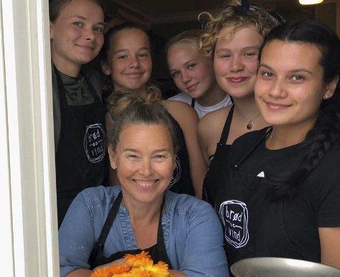 Utvider: Tove Hage Aargaards bakeri «Brød og vind» på Klåholmen på Sandøya har blitt en sommersuksess. Nå skal alle gjestene også få et sted å sitte.
