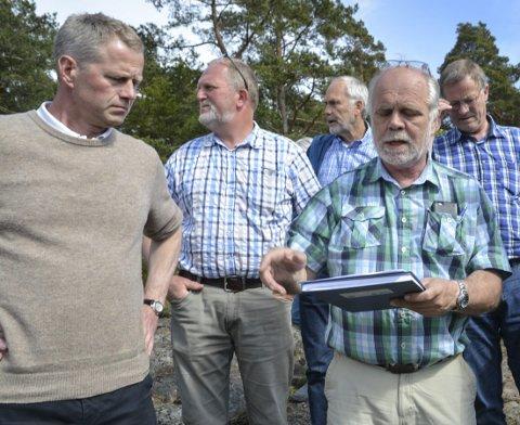 Planutvalget: Her er bl.a.  planutvalgsleder Knut Aall (uavh.), nestleder Kristian Knutsen (TTL) og enhetsleder Svein Olav Dale på befaring på det som ble en betent sak om hyttebygging på Askerøya.