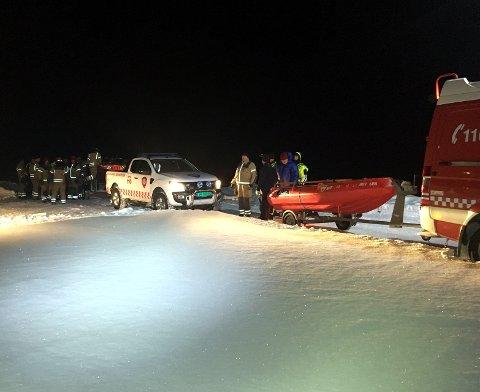 Klar til aksjon: Vestre Slidre og Nord-Aurdal brannvesen står klare til å ta seg inn til reinsdyra som har gått gjennom isen.