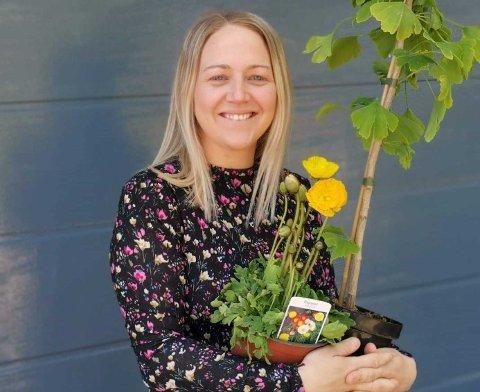 DRIVER HJEMMEFRA: Katrine Langved-Utheim (31) er glad i både blomster og folk, derfor lever hun drømmen nå. Som innflytter har selskapet hennes også vært en perfekt måte å bli kjent med mennesker på.