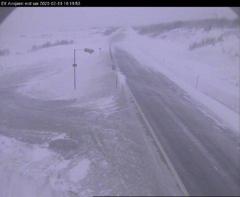 Snø og vind på E6 ved Avsjøen på Dovrefjell søndag ettermiddag. Foto: Webkamera Statens vegvesen / NTB scanpix