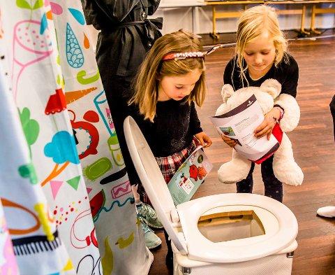 Er det et monster i do? Nina Sofie (6) og Ada (6) på barneteater i Ås kulturhus.
