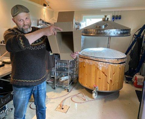 Tomt,tomt, tomt: Det er ikke en eneste øl å finne inne på ølbryggeriet til Bjørn Anders Nymoen om dagen. Hver en eske og kasse er tømt, demonstrerer bryggerisjefen.