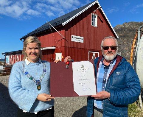 Stor dag: Ordfører Aase Refsnes fikk æren og gleden av å tildele æresbevisningen til Harald Nilsen. I  bakgrunnen det lokale kystmuseet som Nilsen har vært en av pådriverne for.