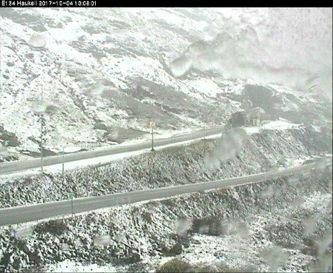 På Haukelifjell er det snø på veiene.