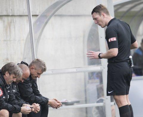 Brann-traner Lars Arne Nilsen er ikke alltid en stor fan av dommerne heller, men her ber han dommer Kai Erik Steen om nåde etter skyllebøtte.