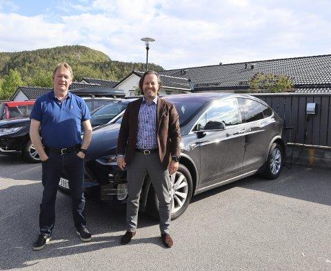 Christian Skjelbred (t.h.) har hatt el-bil siden 2017, og måtte bare vente i én måned på å få ladeplass i  Åmundsleitet borettslag. Nabo Karsten Strand eier også el-bil, og har stått på venteliste til ladeplass siden han flyttet inn i august i fjor.