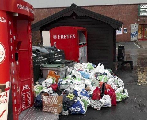 Det flyter med bossposer ved glass og metallkontainerne ved Coop Mega på Nordås.