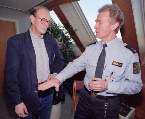 Her er psykologiprofessor Dan Olweus fotografert i 1995 sammen med politiavdelingssjef Magnus Betten på et seminar om mobbing som Senterpartiets stortingsgruppe arrangerte på Stortinget.
