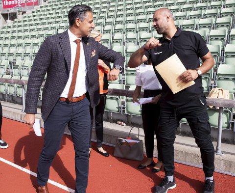 Marco Elsafadi (t.h.) er leder for et utvalg som har utformet en rapport om rasisme i idretten. Her blir rapporten overlevert kultur- og likestillingsminister Abid Raja.