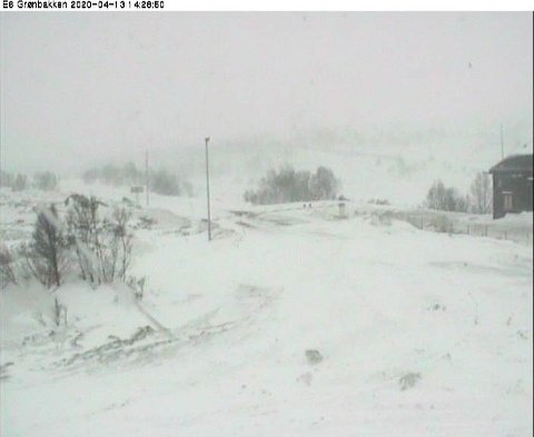 HJERKINN:E6 ved Grønbakken på Hjerkinn mandag ettermiddag. E6 over Dovrefjell er en av flere fjelloverganger som 2. påskedag er stengt på grunn av vind og snøfokk.