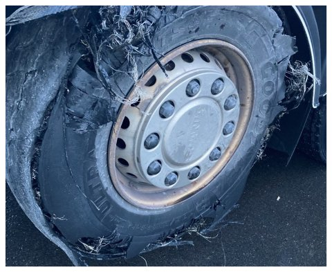 SKREKKEKSEMPEL: Føreren av lastebilen opptrådte uforsvarlig når han kjørte med dette dekket.