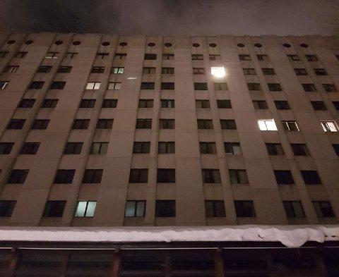 MØRKLAGT: Strømmen forsvant fra Drammen sykehus litt før 19.00 i kveld.