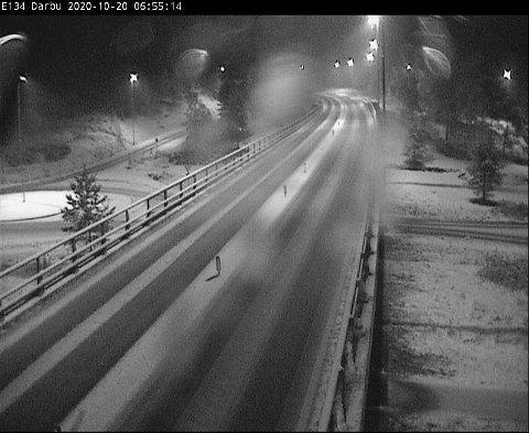 Bildet viser at veibanen på E134 ved Darbu ikke er fri for snø klokken 06.55 tirsdag morgen.