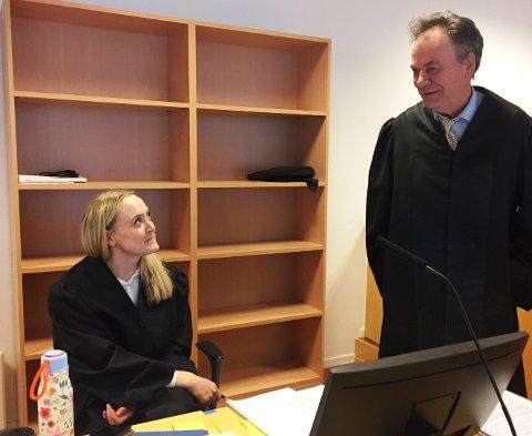 Aktor, politiadvokat Tone Temtemoen og forsvarer, advokat Svein Duesund er uenige om hva som skjedde mellom naboene.