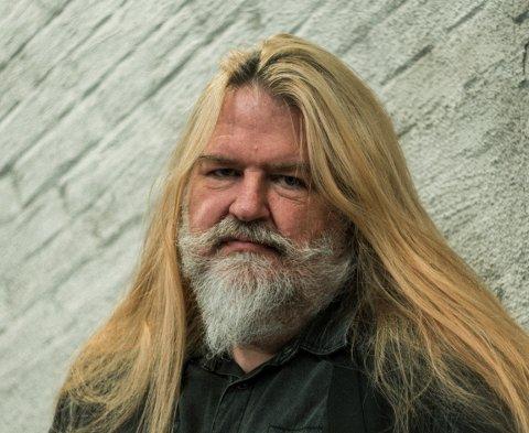 FÅTT COVID-19: - Styr unna, denne sykdommen er ikke noe særlig å ha, sier Finn Hjalmar Baloo Pedersen, som jobber som lærer på Drammen videregående skole.