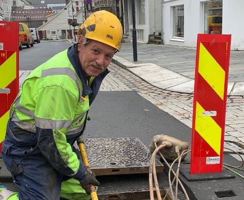 52 ÅR: Svein Eivind Solheim har jobba som telemontør i 52 år. Det er ein kar som veit kva han driv med du ser i jobb i Strandgata dei neste dagane.