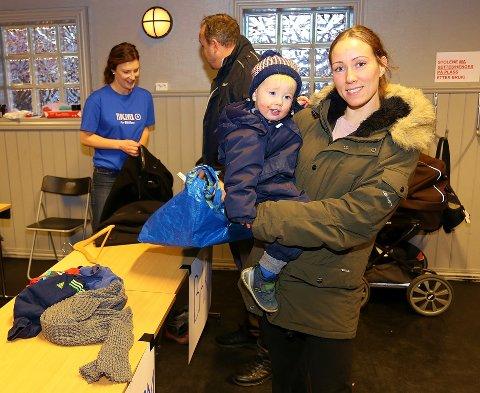 GA BORT KLÆR: Signe Berg Hamre og sønnen Julian Berg Pedersen var på plass i St. Croix-huset for å gi bort vinterklær.