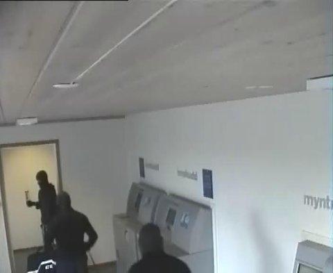 MASKERTE MENN: Politiet etterlyser vitner etter at tre maskerte menn skal ha brutt seg inn hos Nordea søndag ettermiddag.