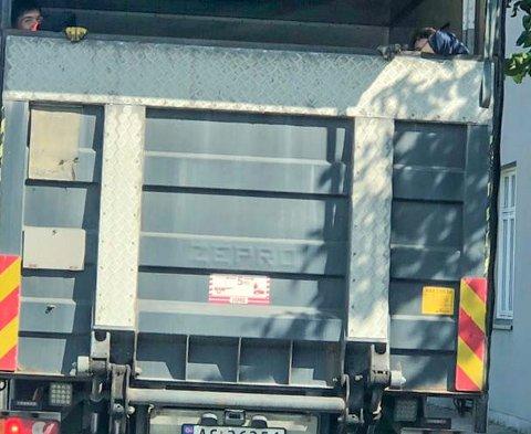 Ulovlig: Du ser to personer øverst på lastelemmen under fart. Ikke bra, og de fikk repetert reglene av sjefen. (Leserfoto)