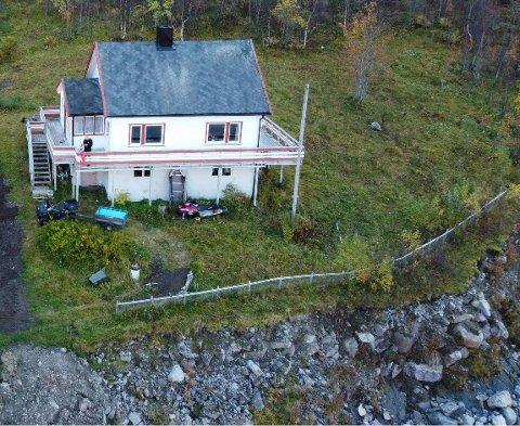 TETT PÅ: Raskanten går nå helt inn til hagegjerdet. Det er bare noen få meter igjen inn til huset.