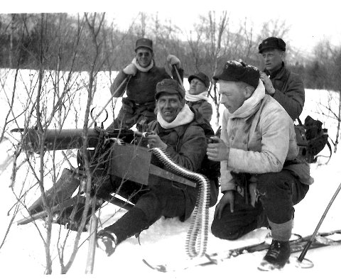 Norske IR 15-soldater med Colt-mitraljøse på nøytralitetsvakt ved Setermoen få uker før tyskerne kom i 1940. Ivan Vanje bak til høyre. (Foto via Ivan Vanje/Trond Kristiansen)