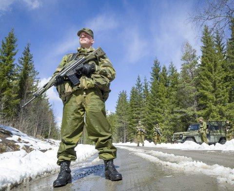 VEIKONTROLLPOST: Lag 2 i tropp 4 med Eirik Skogvoll fra Kongsvinger i front hadde satt opp en veikontrollpost langs Leirsjøveien inn mot Sverige.