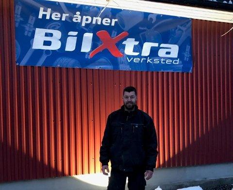 SATSER: Per-Arne Nørgaard åpner eget bilverksted rett over nyttår. Mange har allerede merket seg banneret som er hengt opp langs fylkesveien.