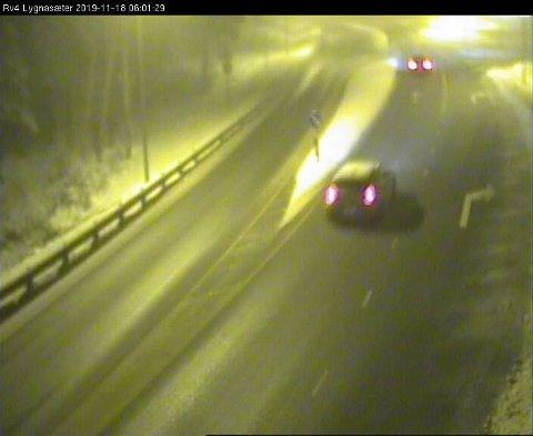 LYGNASÆTER: Snøen er i ferd med å legge seg i vegbanen forbi Lygnasæter mandag morgen klokka 6.01.