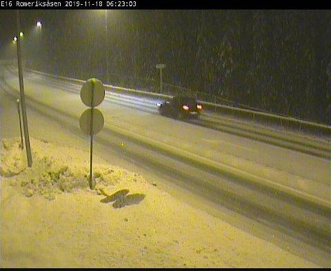 E 16 ROMERIKSÅSEN: Nedbør og snø i vegbanen klokka 6.23 mandag morgen.