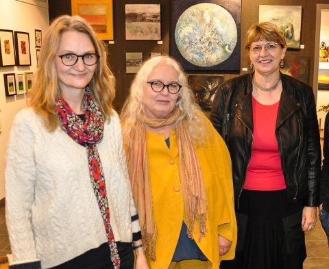 SKIFTE: Hilde Kristiansen (til høyre) gir seg i Galleri Brande. Elin Marie Akse (fra venstre) og Laila Brenno-Varlen kommer inn. Jane Johnsen fortsetter.