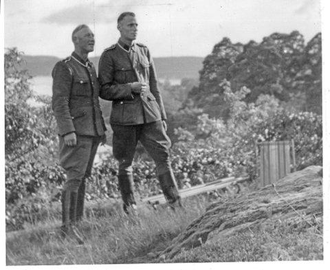 Friedrich Heinrichs (t.h.) hadde ikke mange venner og noen stor sosial omgangskrets i Halden, men her har han besøk av kollega von Hesse i en privat hage i Kjærlighetsstien i Halden. (Foto: Halden historiske Samlinger)