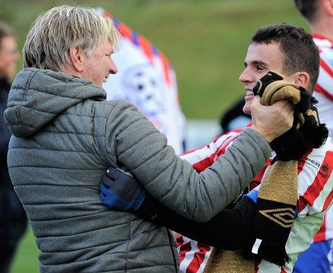 GODE MINNER: Dardan Sæter-Mehmeti og Kent Bergersen har opplevd mye sammen på fotballbanen. Her fra opprykkskampen mot Vestfossen en oktoberdag i 2018.
