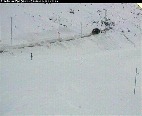 HAUKELI: Fra lørdag kveld til mandag kveld ventes mye snø i indre og høyereliggende områder. Snøgrensa vil variere fra 300 - 800 meter, heter det i farevarslet.  Det  kan skape problemer for trafikken over fjellet.