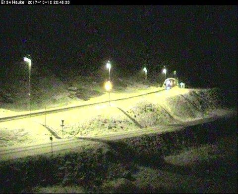 Skjermgrabb fra Statens vegvesen sitt webkamera på Haukeli mandag kveld.