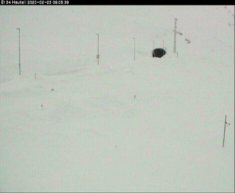 E 134 over Haukelifjell var fortsatt stengt søndag morgen.