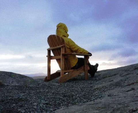 PÅ PLASS: Ove Karlsen håper mange får glede av stolen han bar til toppen av Helgelandfjellet.