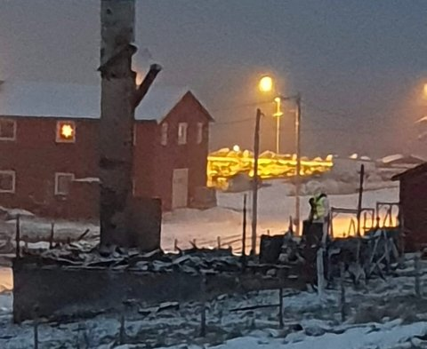 ETTERFORSKER: Onsdag er politiet på plass for å gjøre undersøkelser på branntomten i Klubbukt i Kvalsund.