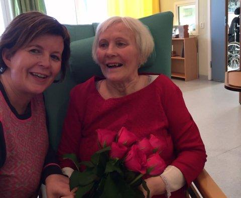 GLAD I BLOMSTER: Elsa Zahl Jonassen var primus motor for hagelaget i Vadsø, og veldig glad i blomster. Her sammen med Marit.