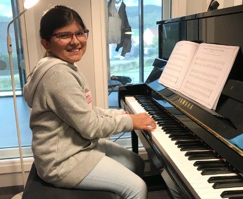 FERSK PIANIST: Giuliana Olivares har nettopp lært seg å spille piano i Aurskog-Høland kulturskole - et lite skritt på veien mot drømmen om å bli popstjerne!