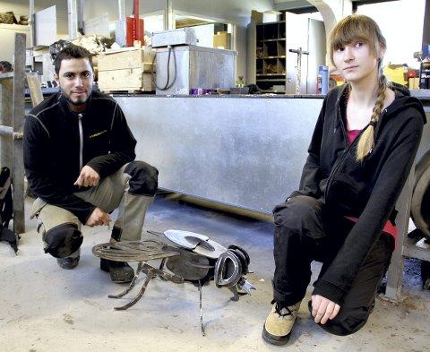 KUNSTNERNE: Mahmoud El Alali og Dina Iversen Hauge har laget metallbia som skal plasseres utenfor skolebygningen. Begge foto: Lars Ivar Hordnes