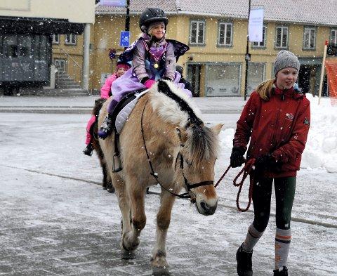 Mathea T. Sollie, som fyller fire år søndag, fikk seg en hyggelig overraskelse da hun fikk se ponniridingen i Kongsberg sentrum. Heldigvis fikk prøve seg.