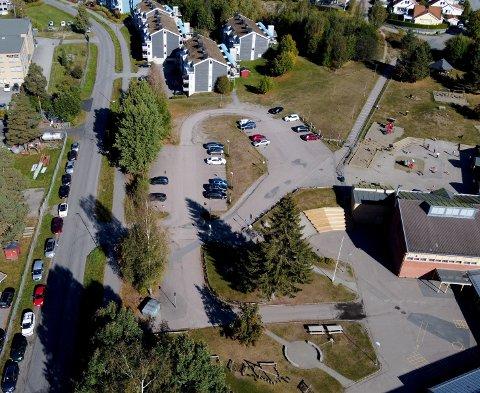 MÅ BETALE: Her står parkeringsplassen til Vardeåsen skole (til høyre i bildet) godt under halvfull. I stedet har flere ansatte parkert langs veien, etter at Lillestrøm kommune nylig innførte parkeringsavgift for de ansatte i kommunen.