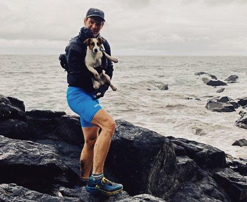 Hundeberger: børdrene Petter og Kristoffer Nohr Unstad hjalp en fem måneder gammel valp som de fant i ultra-trail løypa. Her er Petter Unstad med lille Bing.