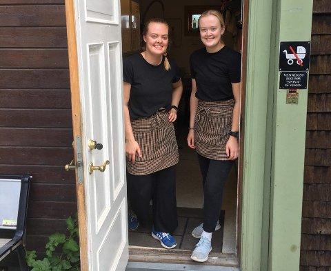 Kaja Hvisand Myhr (til venstre) og søsteren Tuva på jobb ved Sponhuset.