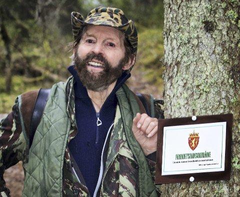 VED SPINNEREN: Sverre M. Fjelstad ved det første verneskiltet som ble satt opp ved Spinneren verneområde i 2015. FOTO: PER ERIK FJELD