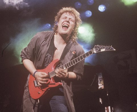 Marius Müller: I aksjon med gitar på scenen på Rockefeller i 1987. Til høsten samler en lang rekke artistvenner seg for å spille sangene hans. Foto: John Stenersen/NTB scanpix